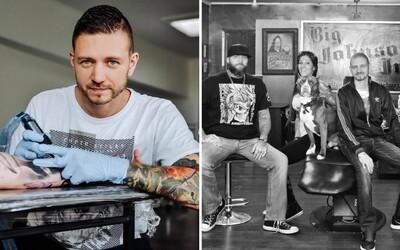 Roland tetoval v motorkárskom štúdiu v Kanade: 70 ročný pán chcel, aby som mu opravil kerku z vojny, bola staršia ako ja sám