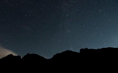 Romantický pohľad na malebné Tatry počas noci. Tajomná hviezdna obloha a Mesiac z nich spravili parádne predstavenie