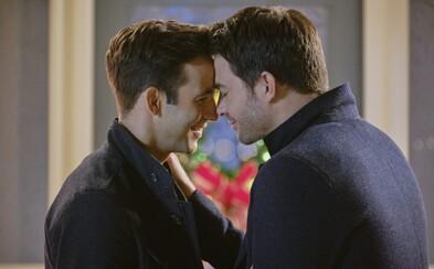Romantický vánoční film s homosexuálním párem v hlavních rolích. Hallmark se snaží bourat bariéry