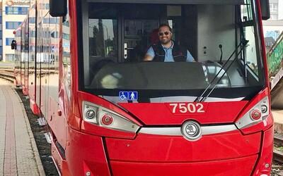 Ronald jazdí v Bratislave cez voľný čas na električke. Všetky zarobené peniaze dáva na pomoc rodinám v núdzi