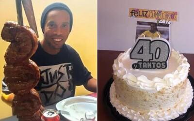 Ronaldinho slavil narozeniny ve vězení. Podle fotek to vypadá, že se má jako v bavlnce