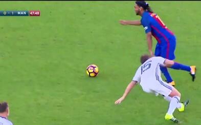 Ronaldinho to pořád umí. Proti legendám Manchesteru United neustále bavil diváky a získal i ocenění hráče zápasu