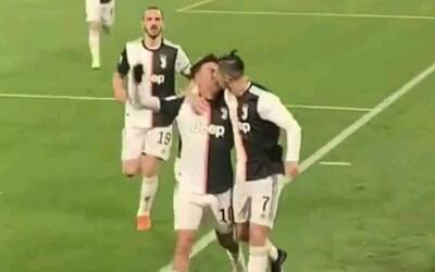 Ronaldo a Dybala sa od radosti z gólu chceli objať, náhodou sa miesto toho pobozkali