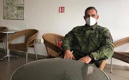 Rotmistr z koronavirového oddělení v náchodské nemocnici: Pacienti ležící na plicní ventilaci nevnímají, že jsme vojáci (Rozhovor)