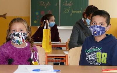 Roušky už studenti nesundají ani ve třídách