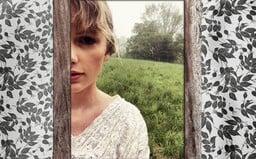 Rozcítená Taylor Swift sa prirovnáva k starému pletenému svetru. V novom videoklipe tancuje po lesoch aj lúkach