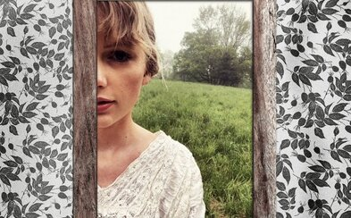 Taylor Swift se přirovnává k starému pletenému svetru. V novém videoklipu tančí po lesích i loukách