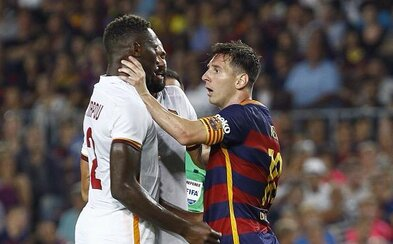 Rozhnevaný Messi buchol obrancu hlavou a potom ho chytil pod krk. Provokácia či výbuch hnevu?