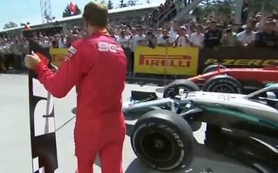 Rozhněvaný Vettel si přemístil značku pro vítěze před sebe, i když nevyhrál. Komisaři mu udělili penalizaci