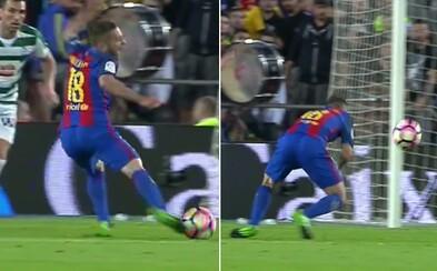 Rozhodčí Barceloně odpískal penaltu, jakou jsi možná ještě nikdy neviděl. Alba zakopl o trávník a rozhodčí mu okamžitě naletěl