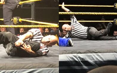 Rozhodca si brutálne zlomil nohu vo WWE zápase, ale aj tak dokázal ukončiť zápas