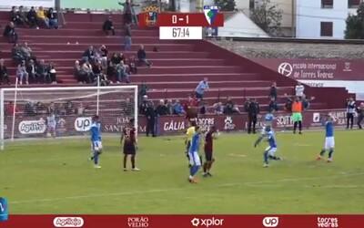 """Rozhodčí dal v nižší portugalské soutěži """"záhadnou"""" červenou kartu, následně se penalta opakovala dokud nepadl gól"""