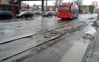 Rozmlátené cesty a koľajnice: smutná situácia na autobusovej stanici v Bratislave