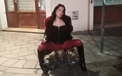 Roztiahla nohy a sadla si na bratislavského Čumila. Žena z fotografie sa stala terčom hromadnej kritiky