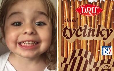 """Roztomilá holčička vtipně vyslovuje slovo """"tyčinky"""". Její matka ji natočila a teď chce vykouzlit úsměv i na tvojí tváři"""