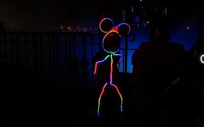 Roztomilé dievčatko vo vysvietenom kostýme je tu opäť, tentokrát ako Minnie Mouse