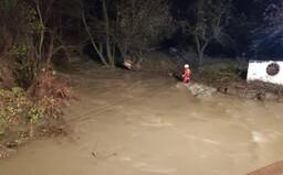 Rozvodnená rieka so sebou strhla tri ženy, snažili sa zachrániť zvieratá z útulku. Jednu už našli mŕtvu