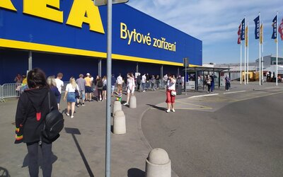 Rozvolnění opatření přineslo nákupní šílenství, před obchodními domy Ikea stály stovky lidí