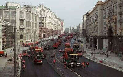 Rusi ťa naučia, ako sa expresne rýchlo asfaltujú cesty. Mohli za to desiatky vozidiel a 8-tisíc ton asfaltu