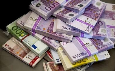 Rusové vytáhli od začátku března z bankomatů tolik peněz jako za celý minulý rok. Z bank odešlo 340 miliard korun