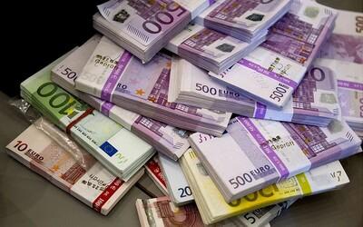 Rusi vytiahli od začiatku marca z bankomatov toľko peňazí, ako za celý minulý rok. Z bánk odišlo 12,5 miliardy eur.