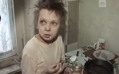 Ruská matka zatvárala 11-ročnú dcéru do klietky ako zviera, vedela iba štekať. Údajne ju ponúkala pedofilom na sex za vodku