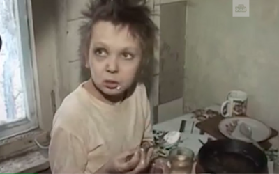 Ruská matka zavírala 11letou dceru do klece jako zvíře, uměla jen štěkat. Údajně ji nabízela pedofilům na sex za vodku