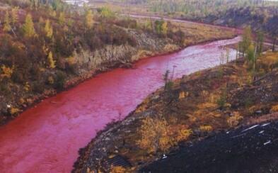 Ruská rieka sa znenazdajky sfarbila dočervena. Nezvyčajný farebný fenomén však pravdepodobne nespôsobila sama príroda