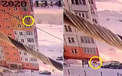 Ruska vypadla z 9. patra. Přežila a nezlomila si ani kost