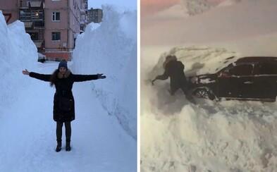 Ruské mesto kvôli snehu skoro ani nevidno. Padá ho toľko, že už po piatich minútach ľudia nevedia nájsť svoje autá