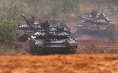 Ruské tanky směřují k Ukrajině. Má se Kyjev obávat a o co jde Putinovi?