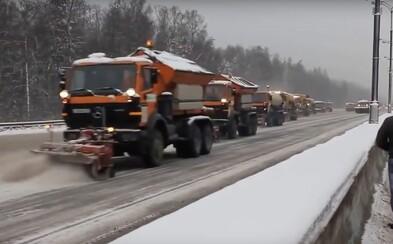 Ruskí cestári v akcii! O takomto odhŕňaní snehu z ciest sa nám môže u nás len snívať