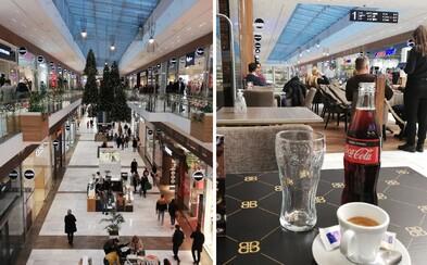 Rúško na pol žrde, kávičky s kamoškami v interiéri. Aj takto to vyzerá v niektorých nákupných centrách v Bratislave