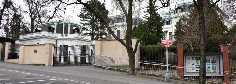 Ruskou ambasádu v Praze postříkali aktivisté kečupem. Symbolizovat měla krev obětí výbuchu ve Vrběticích