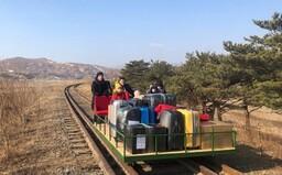 Ruský diplomat si musel ze Severní Koreje vlastnoručně odtlačit rodinu na kolejovém vozíku. Neměl jinou možnost