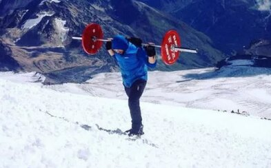 Ruský powerlifter zobral na plecia 75-kilogramovú činku a vyšiel na Mount Elbrus. Snažil sa iba propagovať šport vo svojom meste