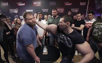Ruský šampión vo fackaní sa postavil syntholovému monštru. Porazeného museli zdvíhať zo zeme