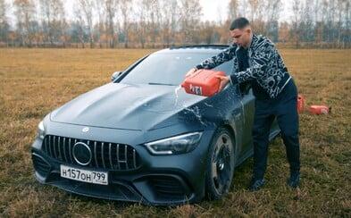 Ruský youtuber podpálil své AMG za více než 5 milionů korun. Údajně mu přinášelo jen starosti