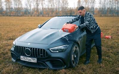 Ruský youtuber podpálil svoje AMG za vyše 200-tisíc €. Údajne mu prinášalo len starosti