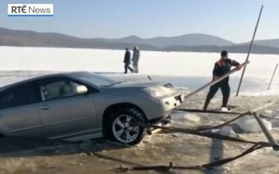 Ruským rybárom sa prepadli autá. Parkovali totiž na zamrznutom jazere