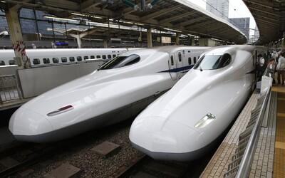 Rušňovodič rýchlovlaku v Japonsku odišiel počas jazdy na toaletu. Nechcel zastaviť, aby nemali meškanie