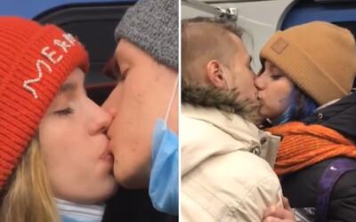 Rusové se hromadně líbali v metru na protest proti opatřením. Nechápou, proč úřady zavřely kluby a zakázaly koncerty