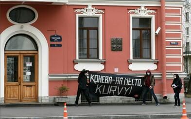 Ruští extremisté znovu protestovali proti přemístění sochy Koněva u ambasády v Petrohradu. Konzulát to zjistil z internetu