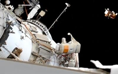 Ruští kosmonauti našli na vnější straně ISS ručník, který tam nechali před 10 lety