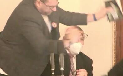 Rvačka ve Sněmovně: Volný fyzicky napadl předsedajícího schůze