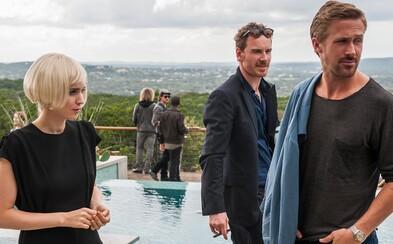 Ryan Gosling a Michael Fassbender bojujú o srdce nádhernej ženy v traileri nového filmu Terrenca Malicka