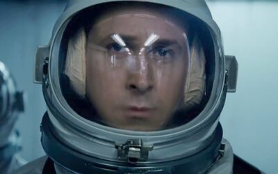 Ryan Gosling podniká nebezpečnú a nemožnú cestu na Mesiac. Dráma Prvý muž od režiséra Whiplash a La La Land sľubuje napätie aj emócie