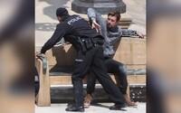 Ryan Gosling přepral policejní hlídku a oslavil to tancem. Takto pokračuje natáčení filmu The Gray Man v Praze