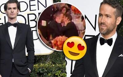 Ryan Reynolds a Andrew Garfield se po prohře na Zlatých glóbech utěšovali líbáním
