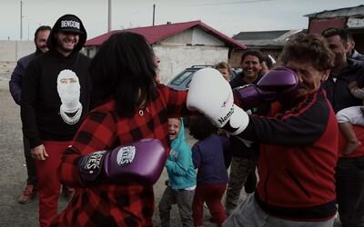 Rytmus zorganizoval boxerský turnaj v rómskej osade. Sleduj nové Rapíky starej matere